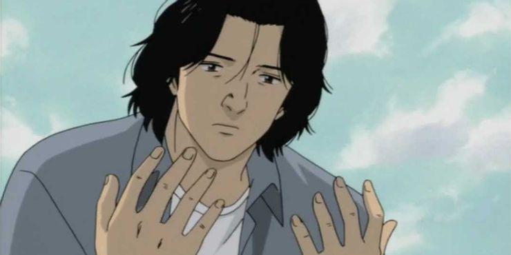 Человек смотрит на свои руки